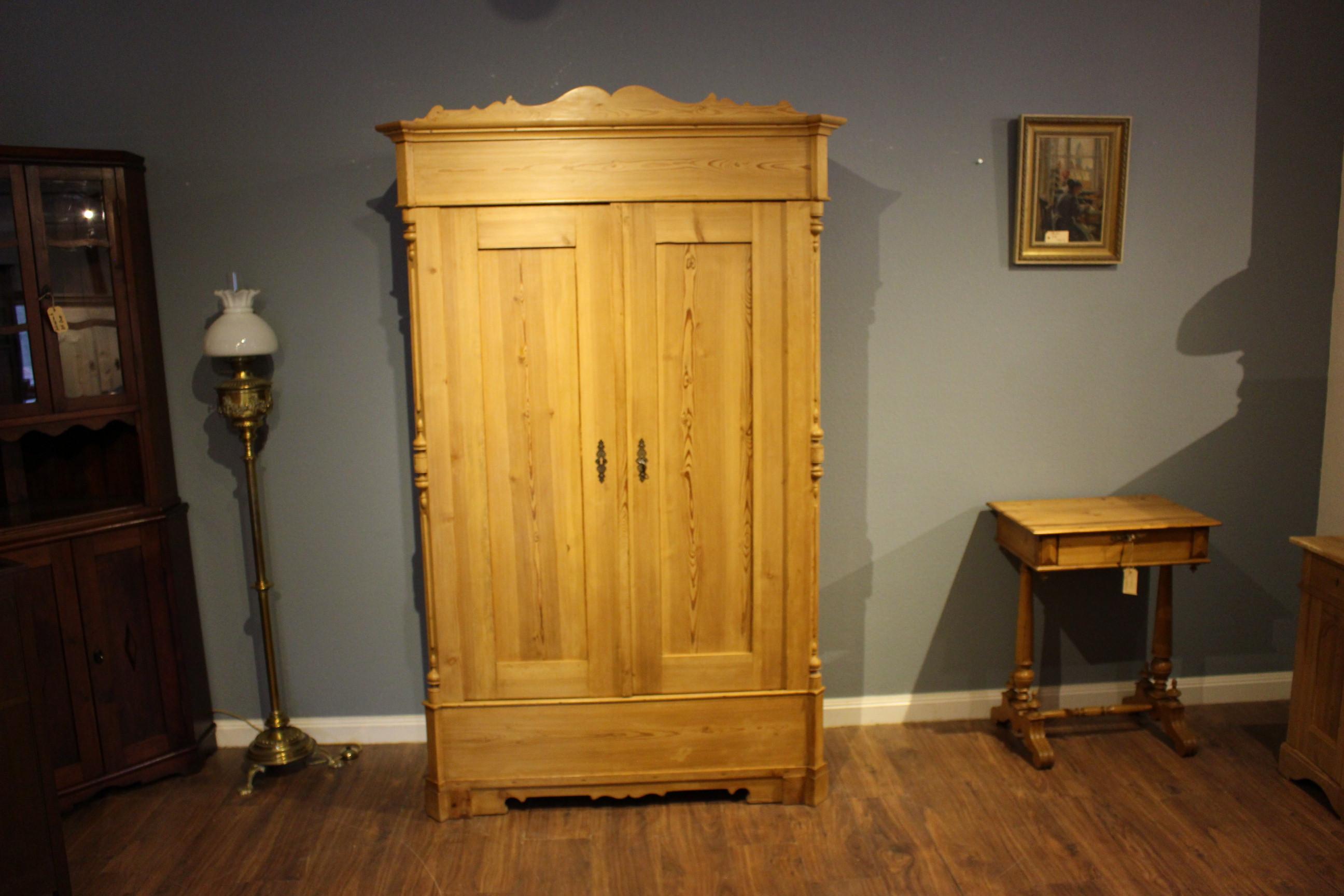 antiker Kleiderschrank, Kiefer, Louis Philippe-Stil, zweitürig (Art.-Nr.: 03616)