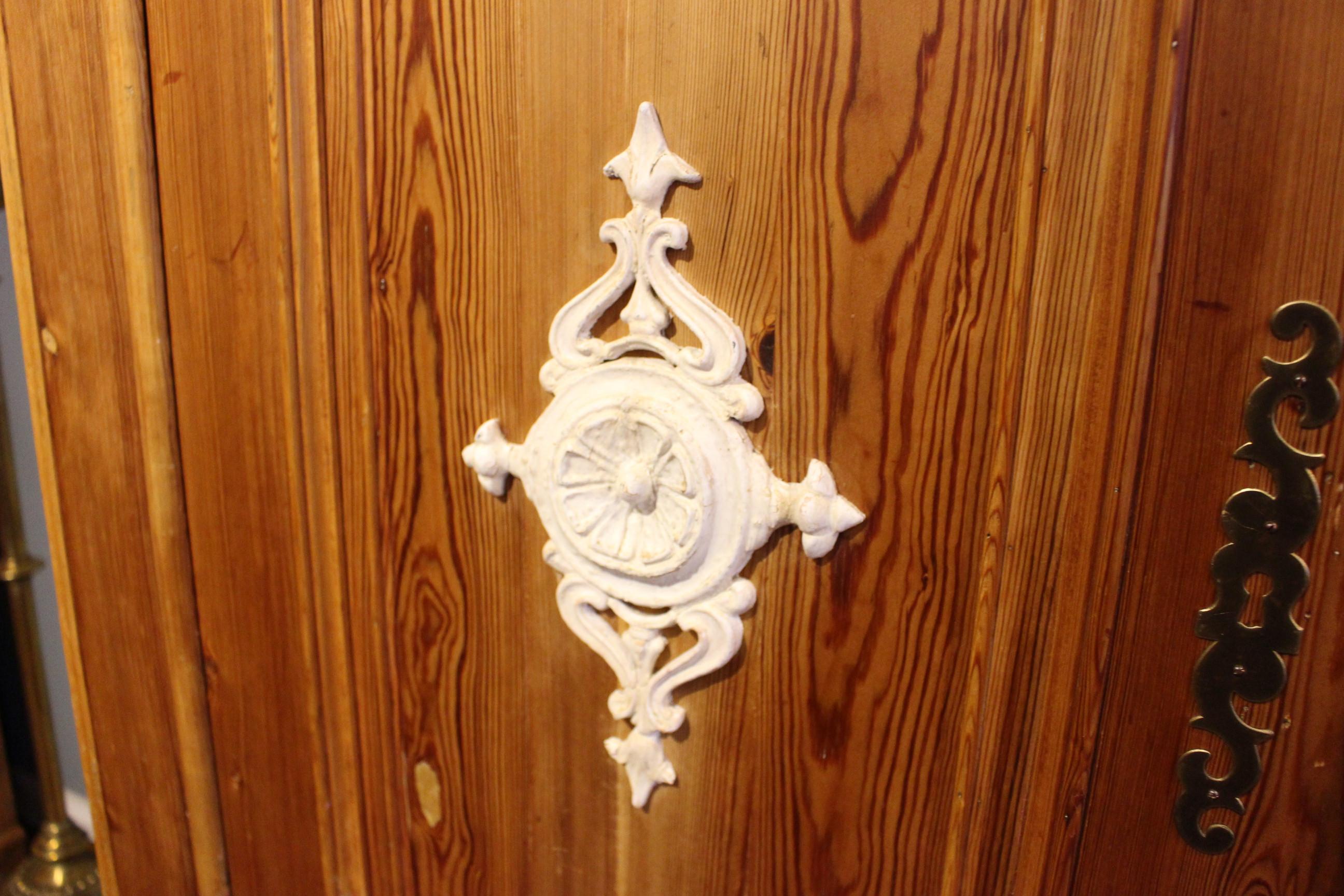 antiker Kleiderschrank, Kiefer, Louis Philippe, zweitürig. (Art.-Nr. 03558)