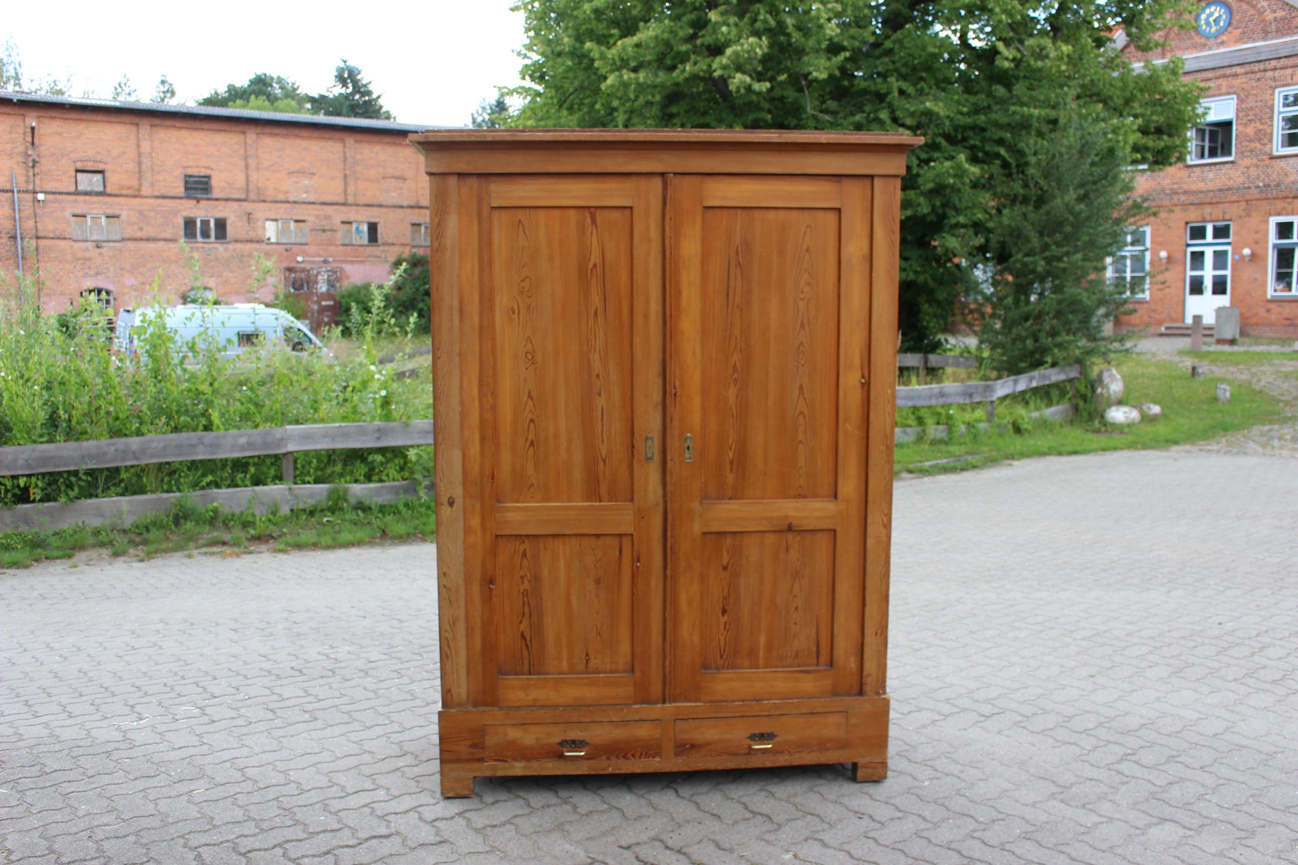 Großer Biedermeier Kleiderschrank, Dielenschrank mit Schubladen. (Art.-Nr.: 03800)