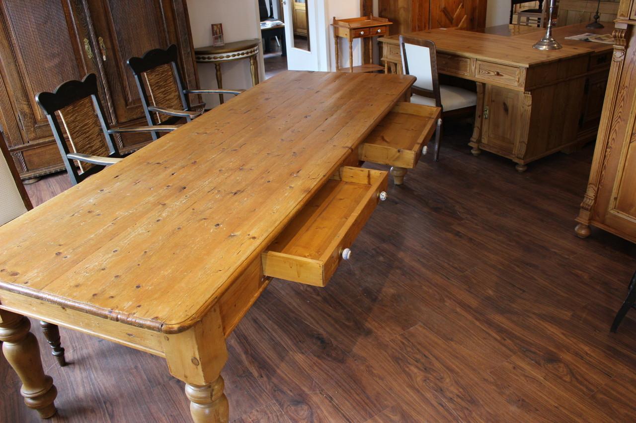 Großer Esstisch für bis zu 12 Personen