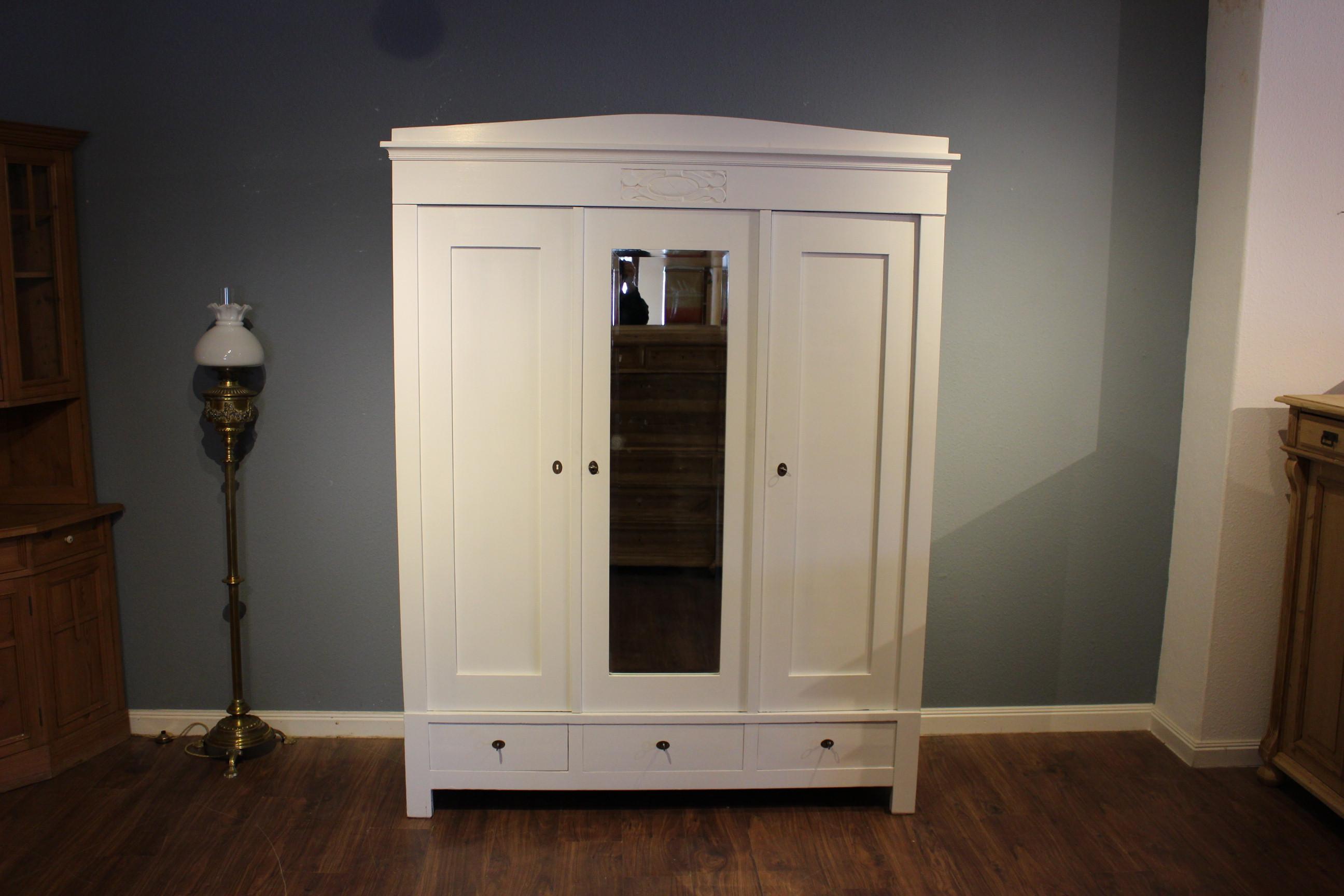 weißer großer Jugendstil-Kleiderschrank zerlegbar mit drei Schubladen (Art.-Nr.: 03247)