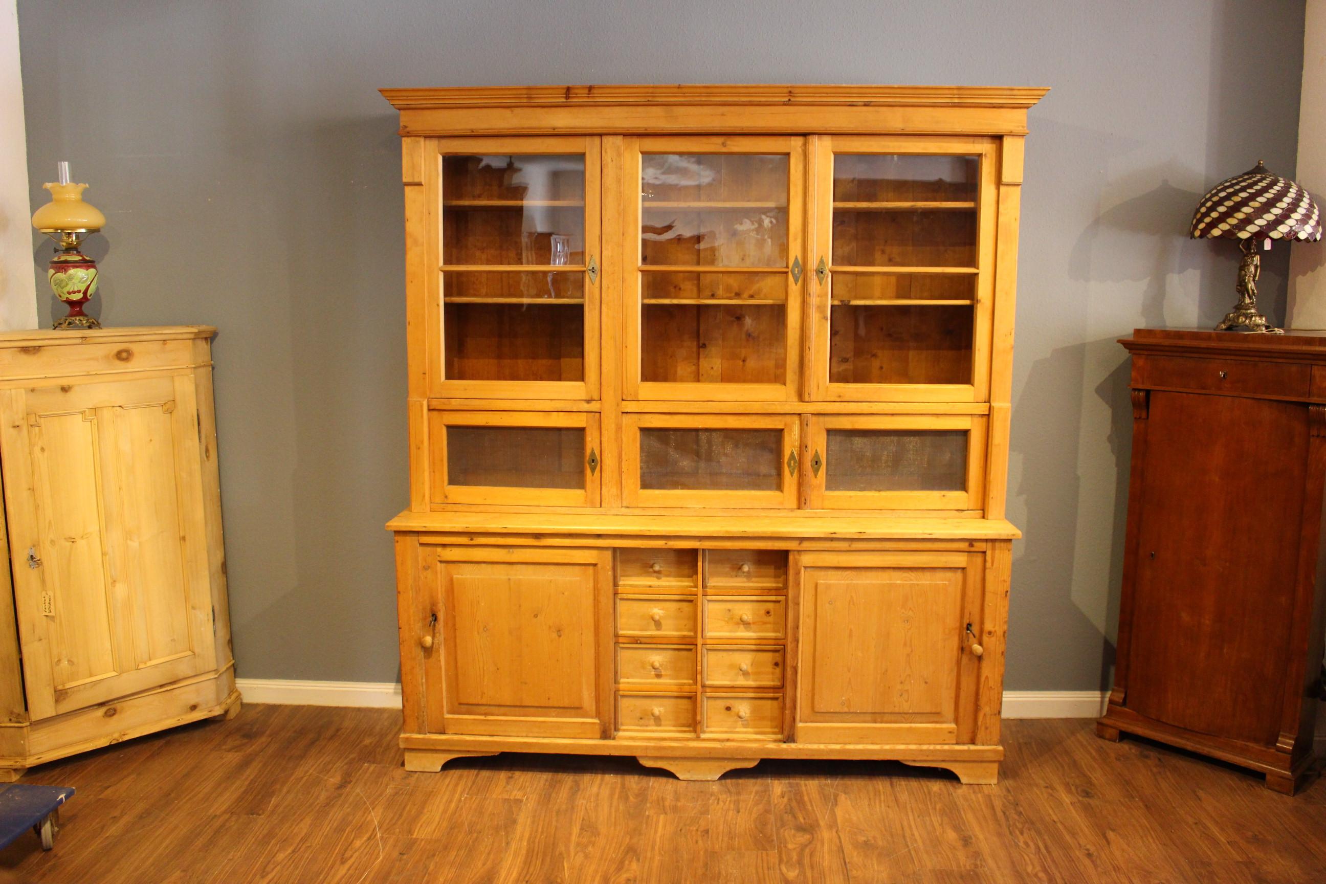 Großer Küchenschrank mit Schiebetüren, auch als Verkaufstresen, Gründerzeit (Art.-Nr.: 03834)