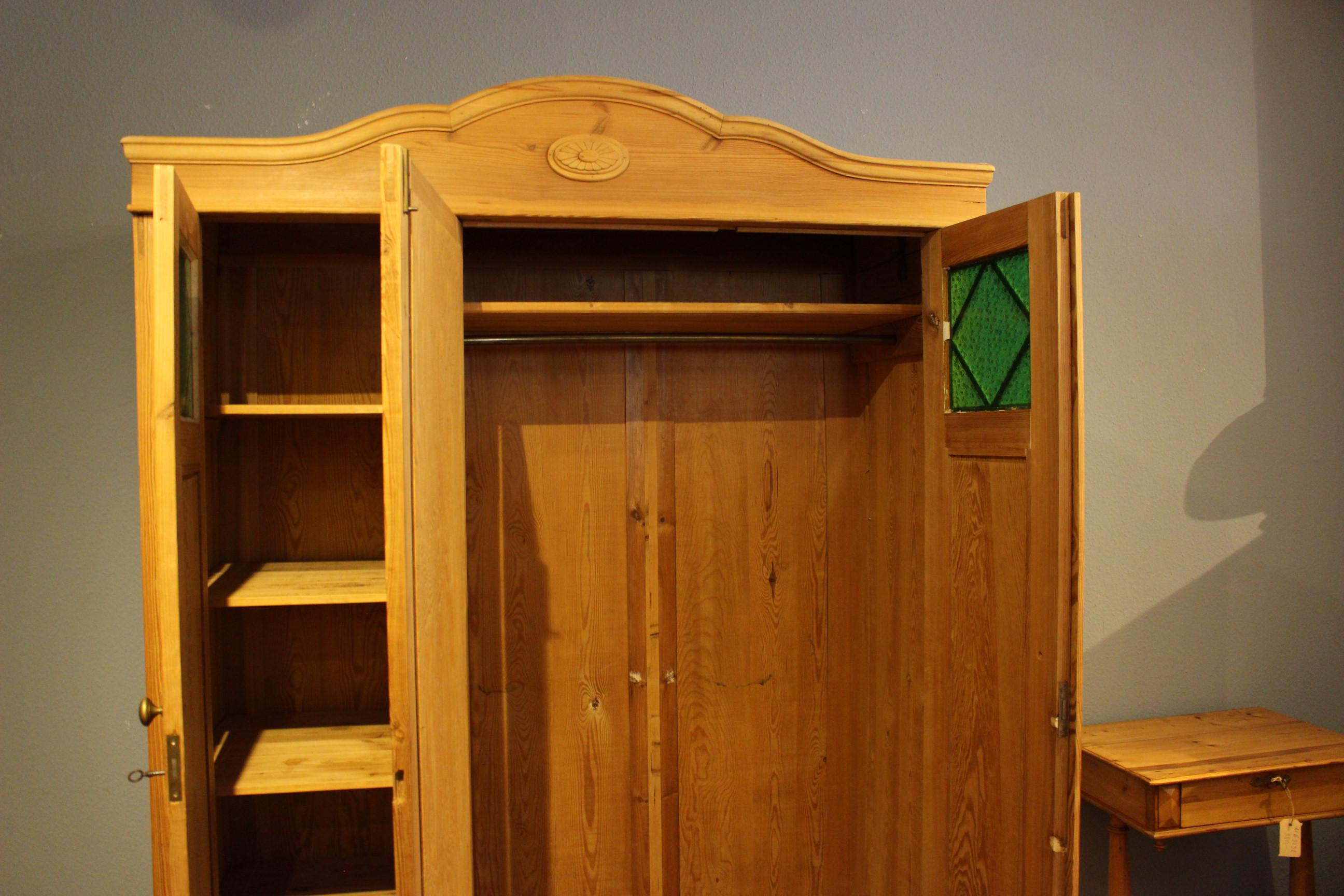 Kleiderschrank Kiefer dreitürig zerlegbar gewachst Jugendstil mit grünem Glas (Art.-Nr. 03625)