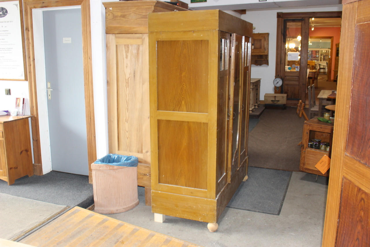 Kleiderschrank mit ovalem Spiegel antik Kiefer (Art.-Nr. 03248)