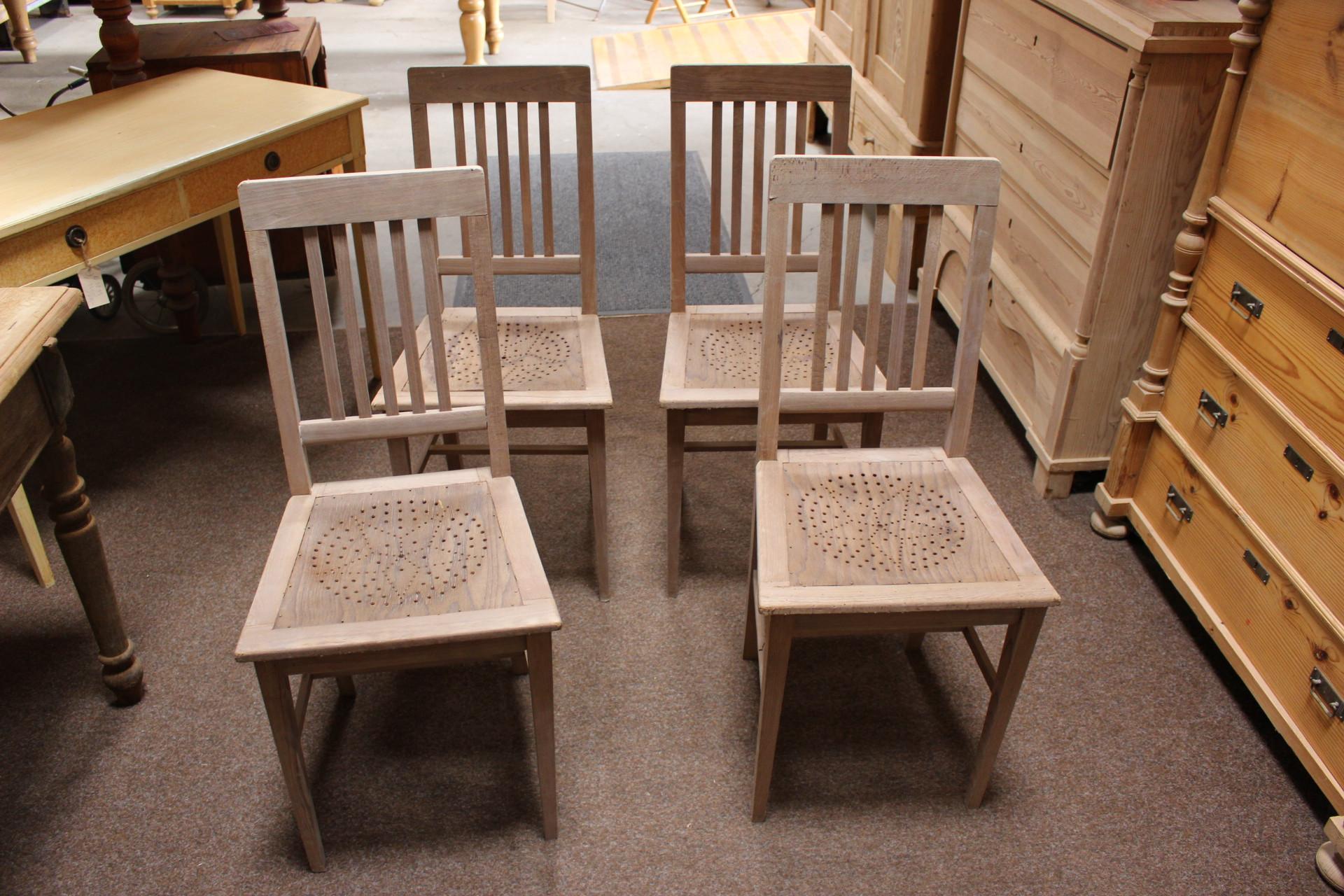 Vier Stühle, Küchenstühle antik (Art.-Nr.: 03425)